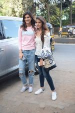 Kriti Sanon And Nupur Sanon Spotted At Juhu For Shoot Of Miss Malini Show on 23rd March 2018 (7)_5ab5f0067fd27.JPG