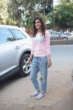 Kriti Sanon spotted At Juhu For Shoot Of Miss Malini Show on 23rd March 2018 (34)_5ab5f014d3881.JPG