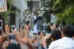 Amitabh Bachchan meets his fans at his Jalsa residence on 25th March 2018 (10)_5abb39d672de9.JPG