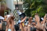 Amitabh Bachchan meets his fans at his Jalsa residence on 25th March 2018 (3)_5abb39c08590a.JPG
