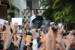 Amitabh Bachchan meets his fans at his Jalsa residence on 25th March 2018 (5)_5abb39c61534b.JPG