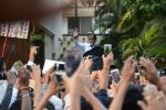 Amitabh Bachchan meets his fans at his Jalsa residence on 25th March 2018 (6)_5abb39c93831b.JPG