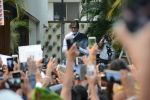 Amitabh Bachchan meets his fans at his Jalsa residence on 25th March 2018 (8)_5abb39cf985e9.JPG