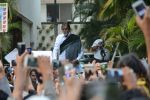 Amitabh Bachchan meets his fans at his Jalsa residence on 25th March 2018 (9)_5abb39d42a44f.JPG