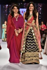 Pooja Chopra Showstopper For Designer Shaina N.C At Bombay Times Fashion Week on 30th March 2018 (33)_5abf4255c7d3a.JPG