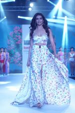 Karishma Tanna Showstopper For Designer Aakriti At Bombay Times Fashion Week on 1st April 2018 (10)_5ac245c07fe23.JPG