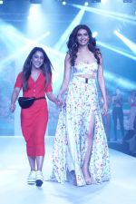 Karishma Tanna Showstopper For Designer Aakriti At Bombay Times Fashion Week on 1st April 2018 (12)_5ac245c527594.JPG