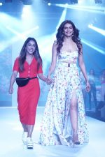 Karishma Tanna Showstopper For Designer Aakriti At Bombay Times Fashion Week on 1st April 2018 (13)_5ac245c68989e.JPG