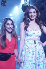 Karishma Tanna Showstopper For Designer Aakriti At Bombay Times Fashion Week on 1st April 2018 (14)_5ac245c833511.JPG