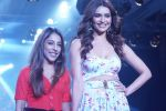 Karishma Tanna Showstopper For Designer Aakriti At Bombay Times Fashion Week on 1st April 2018 (15)_5ac245c9dcb2c.JPG