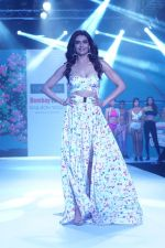 Karishma Tanna Showstopper For Designer Aakriti At Bombay Times Fashion Week on 1st April 2018 (4)_5ac245b4255ae.JPG
