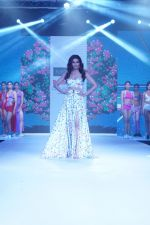 Karishma Tanna Showstopper For Designer Aakriti At Bombay Times Fashion Week on 1st April 2018 (9)_5ac245bf34a57.JPG
