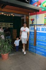 Tusshar Kapoor with son Lakshya spotted at gym in bandra on 4th April 2018 (3)_5ac5cf218e1d1.JPG