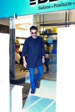 Anil Kapoor Spotted At BBLUNT Salon In Bandra on 8th April 2018 (1)_5acb09a6b4941.jpg