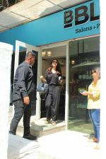 Anushka sharma spotted at BBlunt salon in bandra, mumbai on 9th April 2018 (17)_5acc54a3834e1.JPG