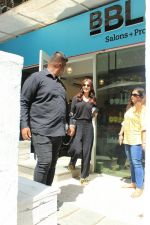 Anushka sharma spotted at BBlunt salon in bandra, mumbai on 9th April 2018 (21)_5acc54a98ee07.JPG