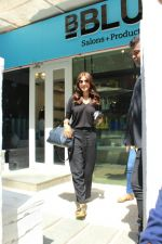 Anushka sharma spotted at BBlunt salon in bandra, mumbai on 9th April 2018 (27)_5acc54b18ee82.JPG