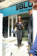 Anushka sharma spotted at BBlunt salon in bandra, mumbai on 9th April 2018 (28)_5acc54b2ed8fb.JPG