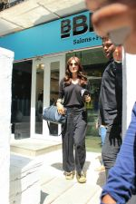 Anushka sharma spotted at BBlunt salon in bandra, mumbai on 9th April 2018 (29)_5acc54b44c763.JPG