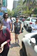 Shruti Haasan spotted at bandra on 16th April 2018 (4)_5adec045b967c.JPG