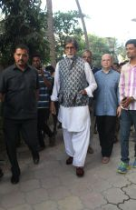 Amitabh Bachchan spotted at versova in mumbai on 20th April 2018 (3)_5ae047ee51994.jpeg