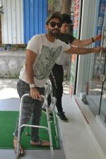 Aparshakti Khurana spotted at bandra on 19th April 2018 (1)_5ae016326b70c.JPG