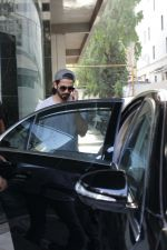 Shahid Kapoor &Mira Rajput Spotted At A Clinic In Bandra on 22nd April 2018 (13)_5ae0961a705b8.JPG