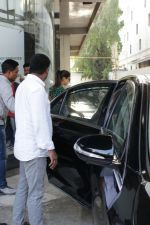 Shahid Kapoor &Mira Rajput Spotted At A Clinic In Bandra on 22nd April 2018 (9)_5ae095dd1631e.JPG
