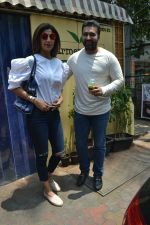 Shilpa Shetty & Raj Kundra spotted at Farmer_s Cafe in bandra, mumbai on 18th April 2018(16)_5ae016b3101a8.JPG