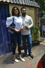 Shilpa Shetty & Raj Kundra spotted at Farmer_s Cafe in bandra, mumbai on 18th April 2018(17)_5ae016b5c14d2.JPG