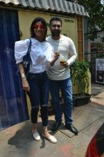 Shilpa Shetty & Raj Kundra spotted at Farmer_s Cafe in bandra, mumbai on 18th April 2018(19)_5ae016bb656d7.JPG