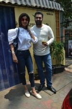 Shilpa Shetty & Raj Kundra spotted at Farmer_s Cafe in bandra, mumbai on 18th April 2018(21)_5ae016c0a86fd.JPG