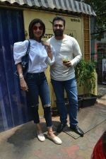 Shilpa Shetty & Raj Kundra spotted at Farmer_s Cafe in bandra, mumbai on 18th April 2018(22)_5ae016c31fbdb.JPG
