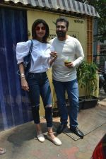 Shilpa Shetty & Raj Kundra spotted at Farmer_s Cafe in bandra, mumbai on 18th April 2018(23)_5ae016c5a616c.JPG