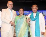 Anupam Kher, Amjad Ali Khan, Asha Bhosle at Deenanath Mangeshkar Smruti Pratishtan Awards 2018 on 25th April 2018 (29)_5ae163423b425.JPG