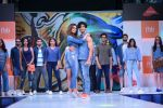 Esha Gupta and Vidyut Jamwal at infinity mall malad for fbb on 28th April 2018 (14)_5ae55e8473bda.JPG