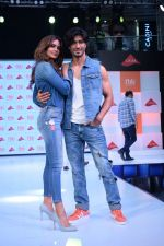 Esha Gupta and Vidyut Jamwal at infinity mall malad for fbb on 28th April 2018 (3)_5ae55f2e294b0.JPG