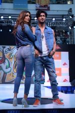 Esha Gupta and Vidyut Jamwal at infinity mall malad for fbb on 28th April 2018 (5)_5ae55e7abfc44.JPG