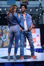 Esha Gupta and Vidyut Jamwal at infinity mall malad for fbb on 28th April 2018 (7)_5ae55e7d134d7.JPG