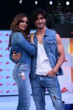 Esha Gupta and Vidyut Jamwal at infinity mall malad for fbb on 28th April 2018 (7)_5ae55f3035a1c.JPG