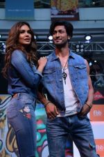 Esha Gupta and Vidyut Jamwal at infinity mall malad for fbb on 28th April 2018 (8)_5ae55eb817412.JPG