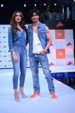 Esha Gupta and Vidyut Jamwal at infinity mall malad for fbb on 28th April 2018 (9)_5ae55f32c939c.JPG