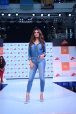 Esha Gupta at infinity mall malad for fbb on 28th April 2018 (1)_5ae55f3e08df4.JPG