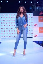 Esha Gupta at infinity mall malad for fbb on 28th April 2018 (2)_5ae55f4033dcd.JPG