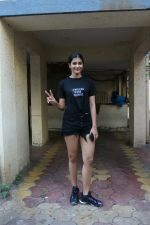 Pooja hegde spotted at Bandra on 30th April 2018 (2)_5ae819f3461eb.JPG