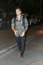 Karan Singh Grover spotted at Bandra on 15th May 2018 (1)_5afbe226616f4.JPG