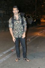 Karan Singh Grover spotted at Bandra on 15th May 2018 (3)_5afbe22a47ce5.JPG