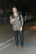 Karan Singh Grover spotted at Bandra on 15th May 2018 (4)_5afbe22c2289f.JPG