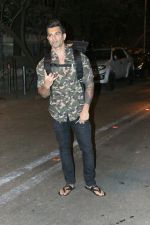 Karan Singh Grover spotted at Bandra on 15th May 2018 (5)_5afbe22e1c08d.JPG