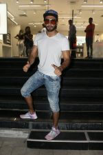 Ranveer Singh spotted at Maple store in bandra on 19th May 2018 (3)_5b029ff05343a.JPG